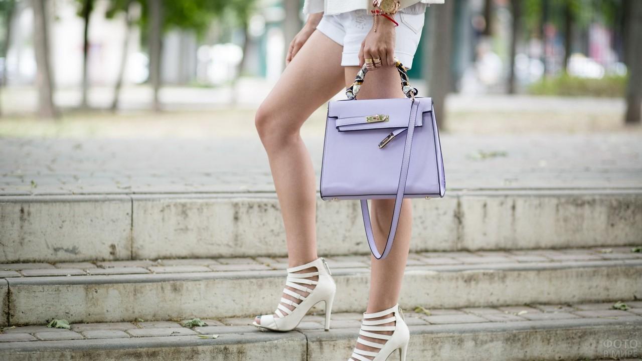 Девушка с сумкой на лестнице