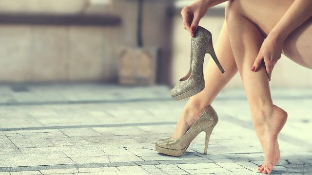 Девушка сняла одну туфлю