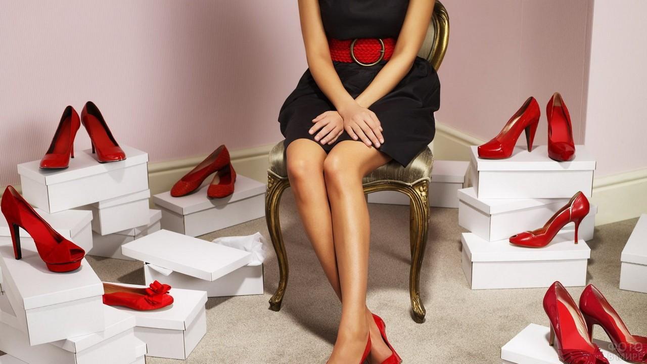 Девушка среди красной обуви