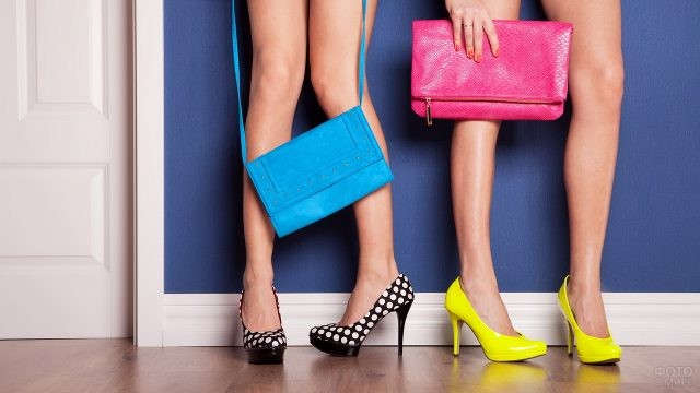 Девушки с яркими сумками