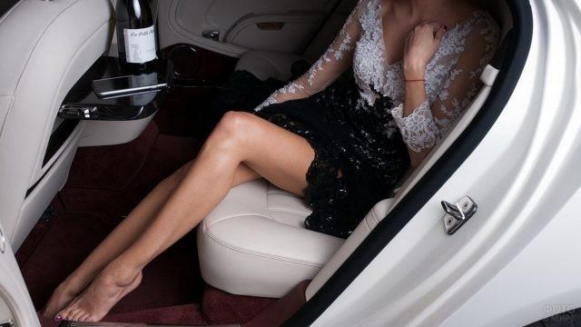 Яркая девушка на заднем сидении автомобиля
