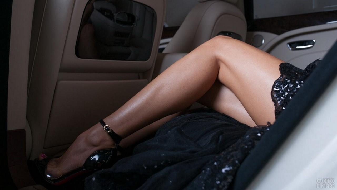 Ноги девушки в автомобиле