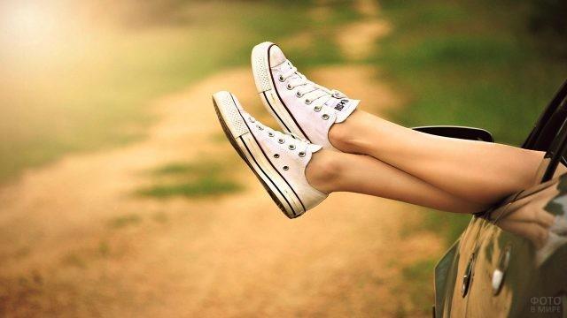 Ноги девушки в белых кедах