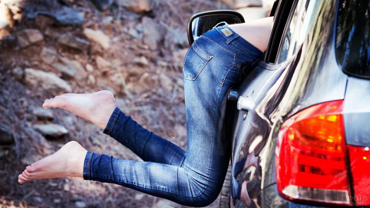 Ноги девушки в джинсах