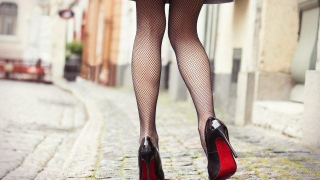 Ноги девушки в колготках-сеточке