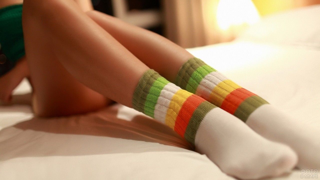 Ноги девушки в носках на кровати