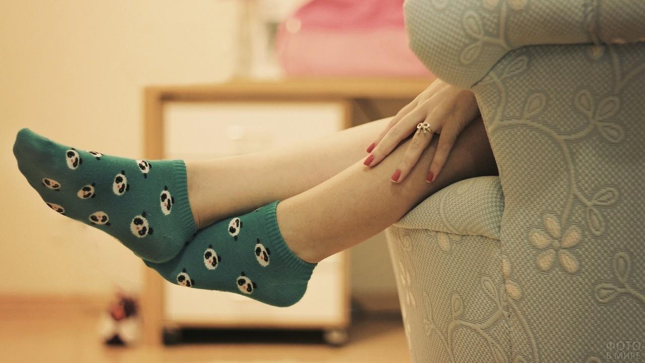 Ноги девушки в носках