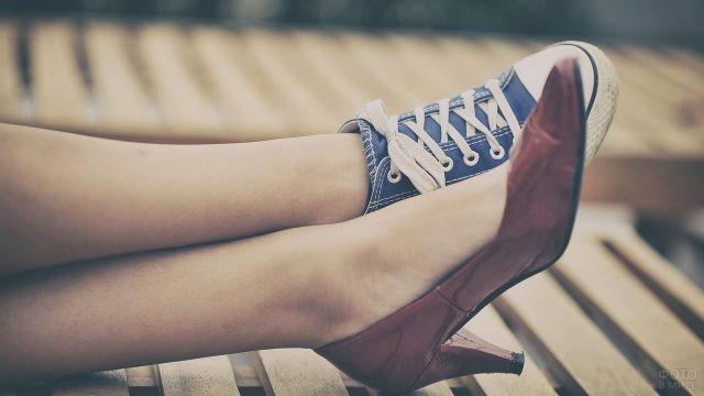Ноги девушки в разной обуви