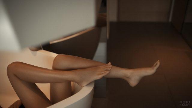 Ноги девушки в ванной
