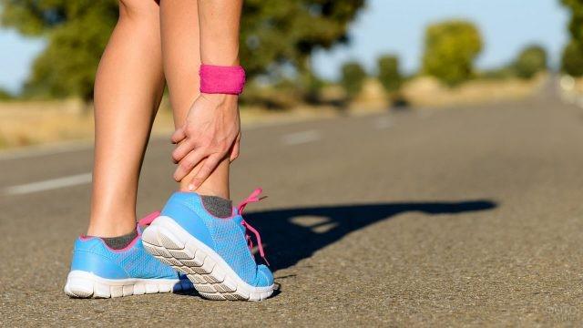 Спортивная девушка потянула ногу