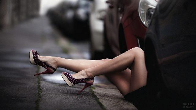 Способная девушка под автомобилем