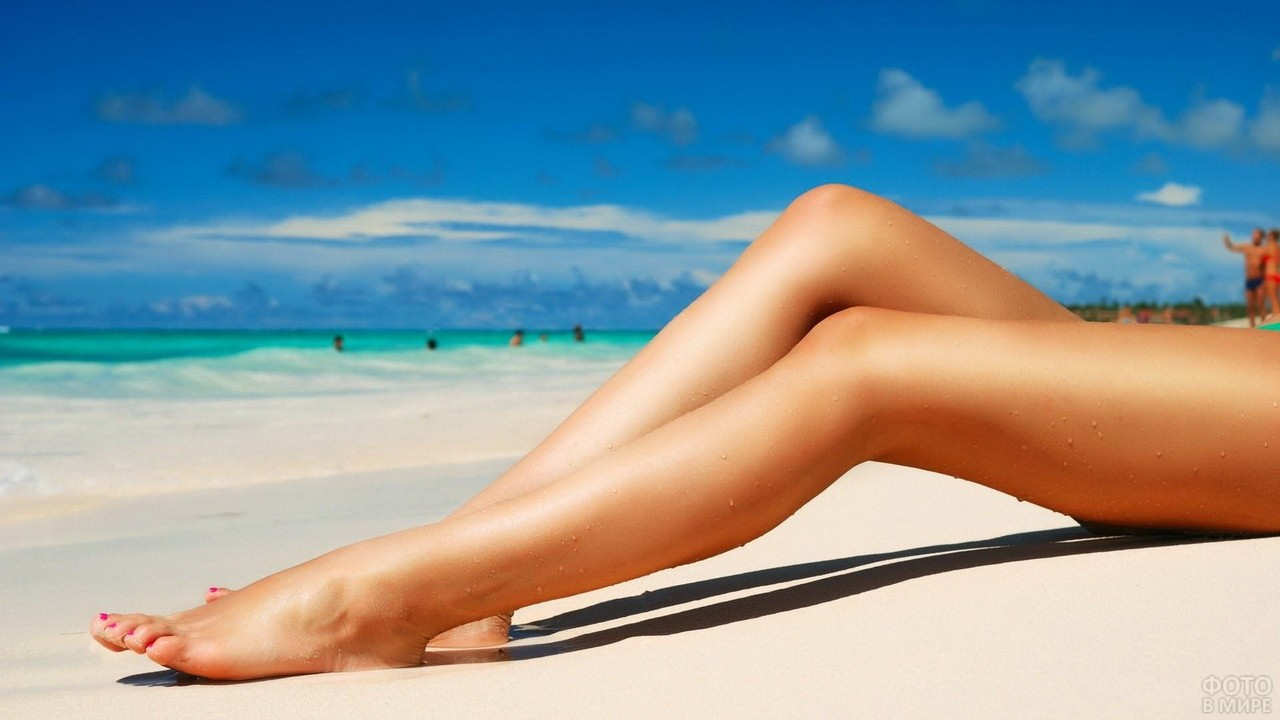 Ухоженные ножки девушки на пляже