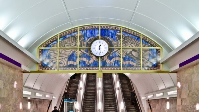 Часы на Адмиралтейской станции