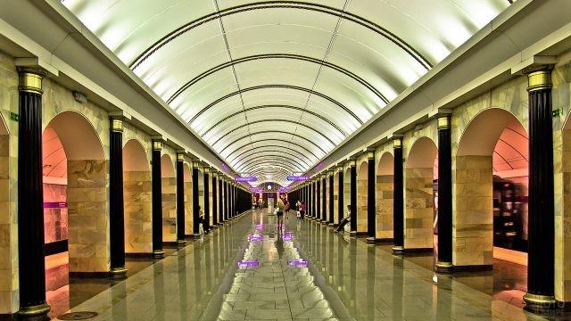 Глянцевый пол на станции метро