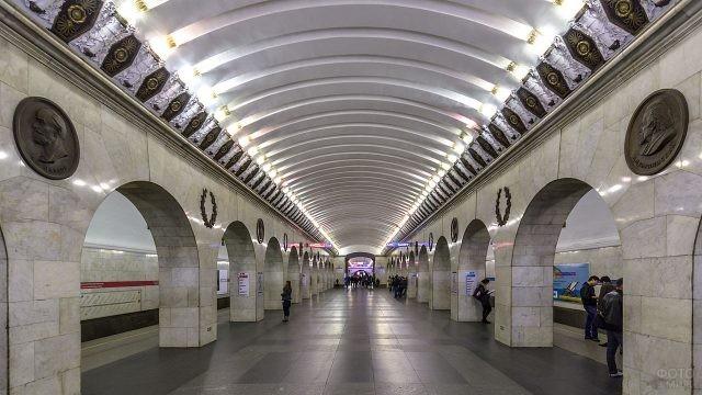 Люди ожидают поезд на станции метро