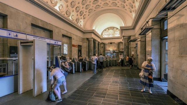 Люди в вестибюле Балтийской станции
