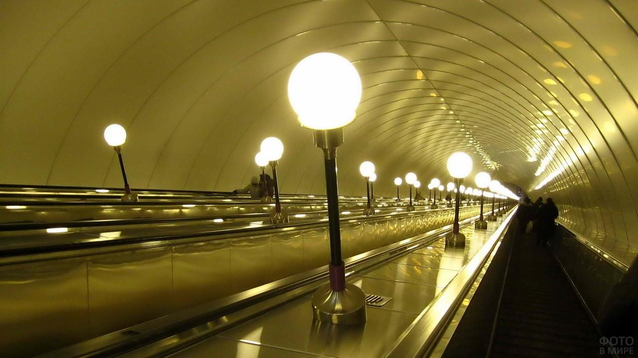 Освещение на траволаторе в метро