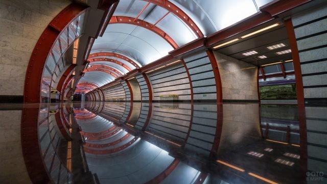 Платформа в метро в красно-голубых тонах