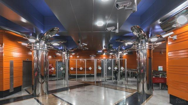 Современный вестибюль в метро