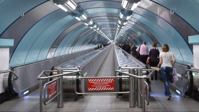 Траволатор в метро Санкт-Петербурга