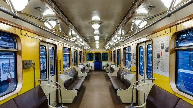 Вагон метро внутри
