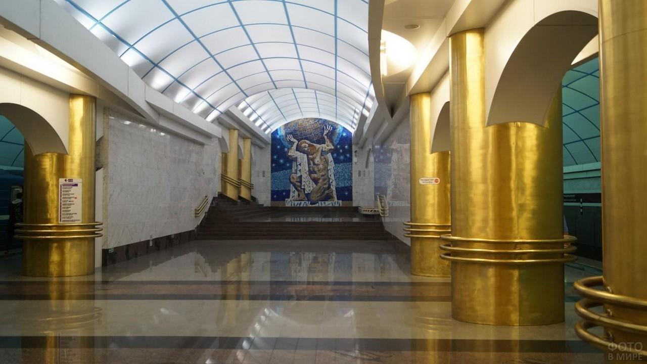 Золотые колонны на станции в Санкт-Петербурге