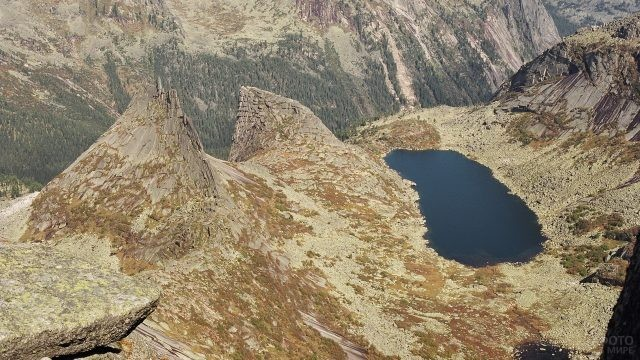 Гора Парабола возле озера