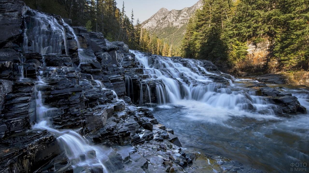 Красивый водопад среди сосен