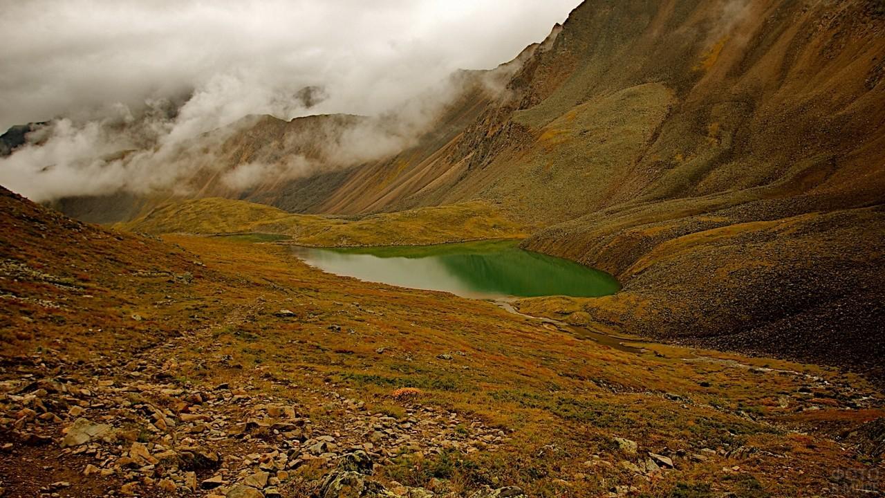 Озеро у горы Шумак