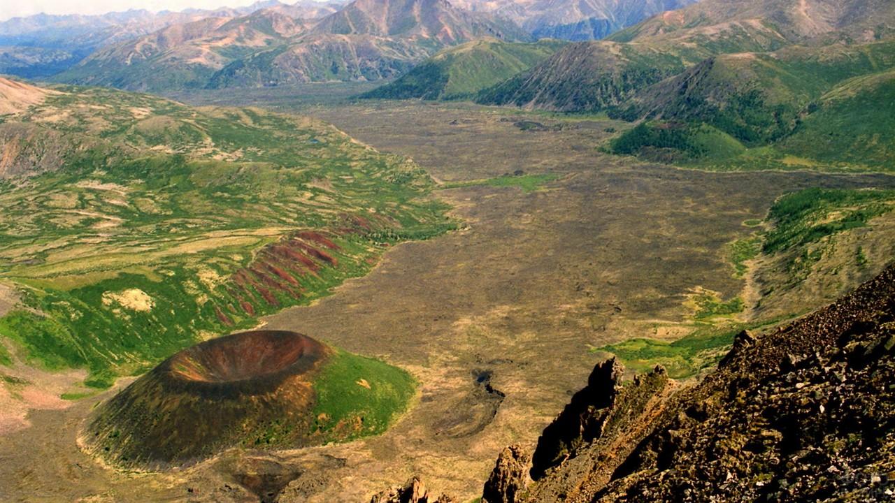Старый вулкан в долине