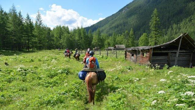 Туристы на лошадях в Тофаларии