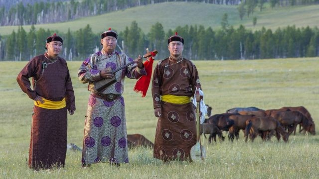 Тувинские певцы с музыкальными инструментами