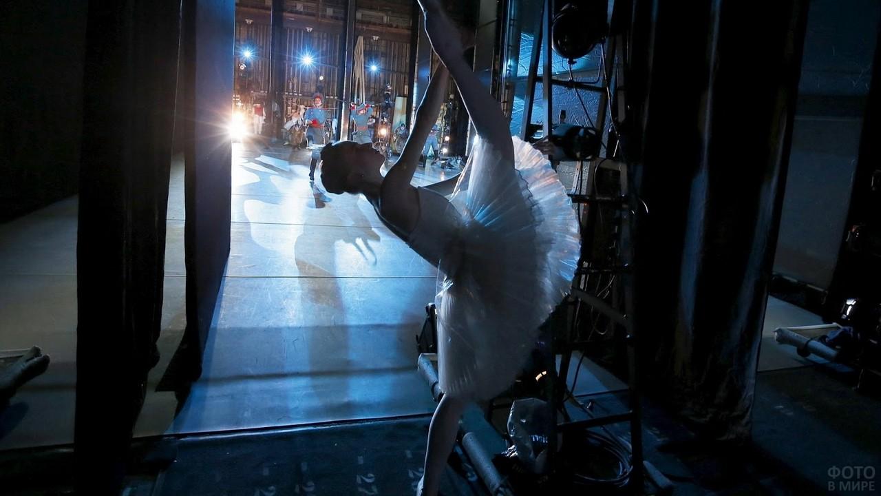 Балерина разминается перед выступлением