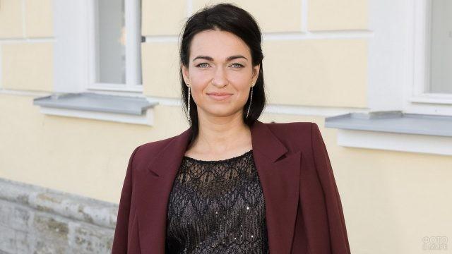 Екатерина Фенина на фоне театра