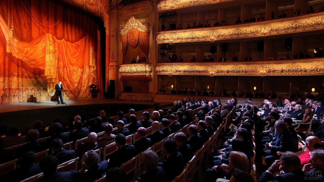 Конферансье на сцене театра