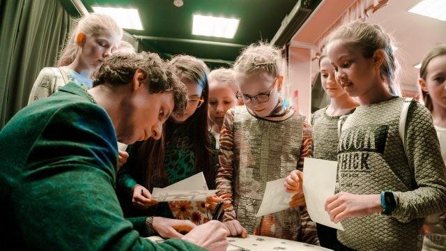 Марат Шемиунов даёт автографы детям