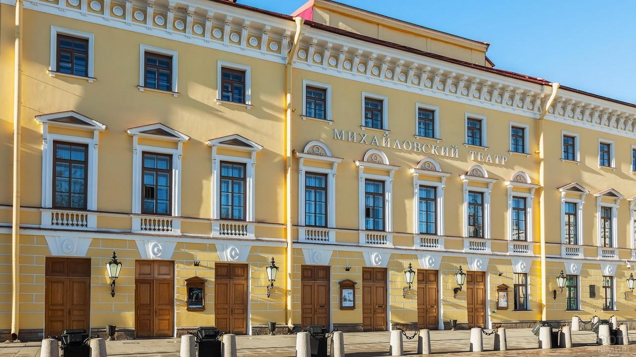 Михайловский театр под солнечными лучами