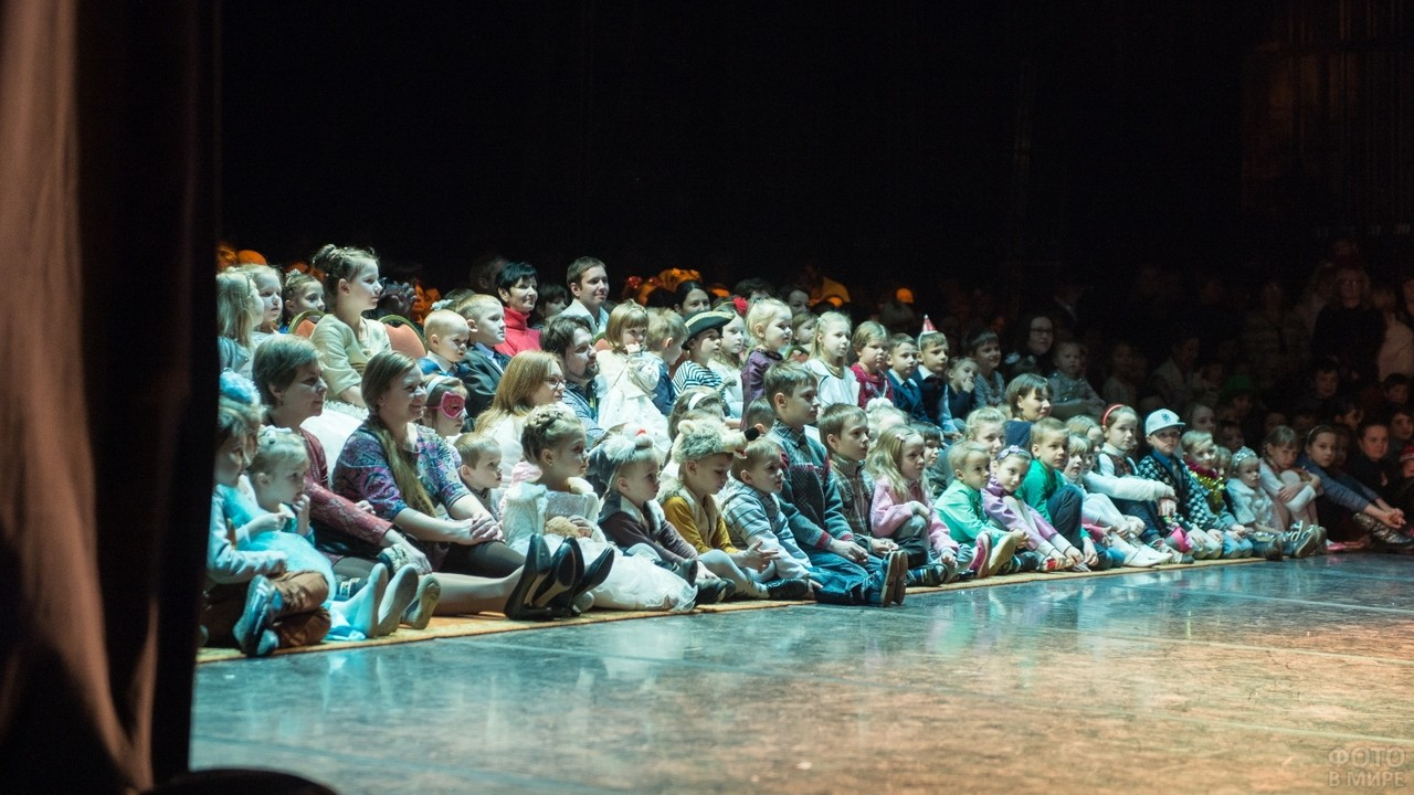 Много детей на сцене театра