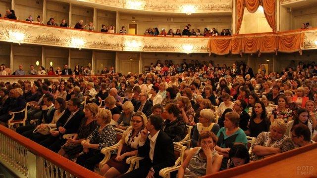Полный зрительный зал в театре
