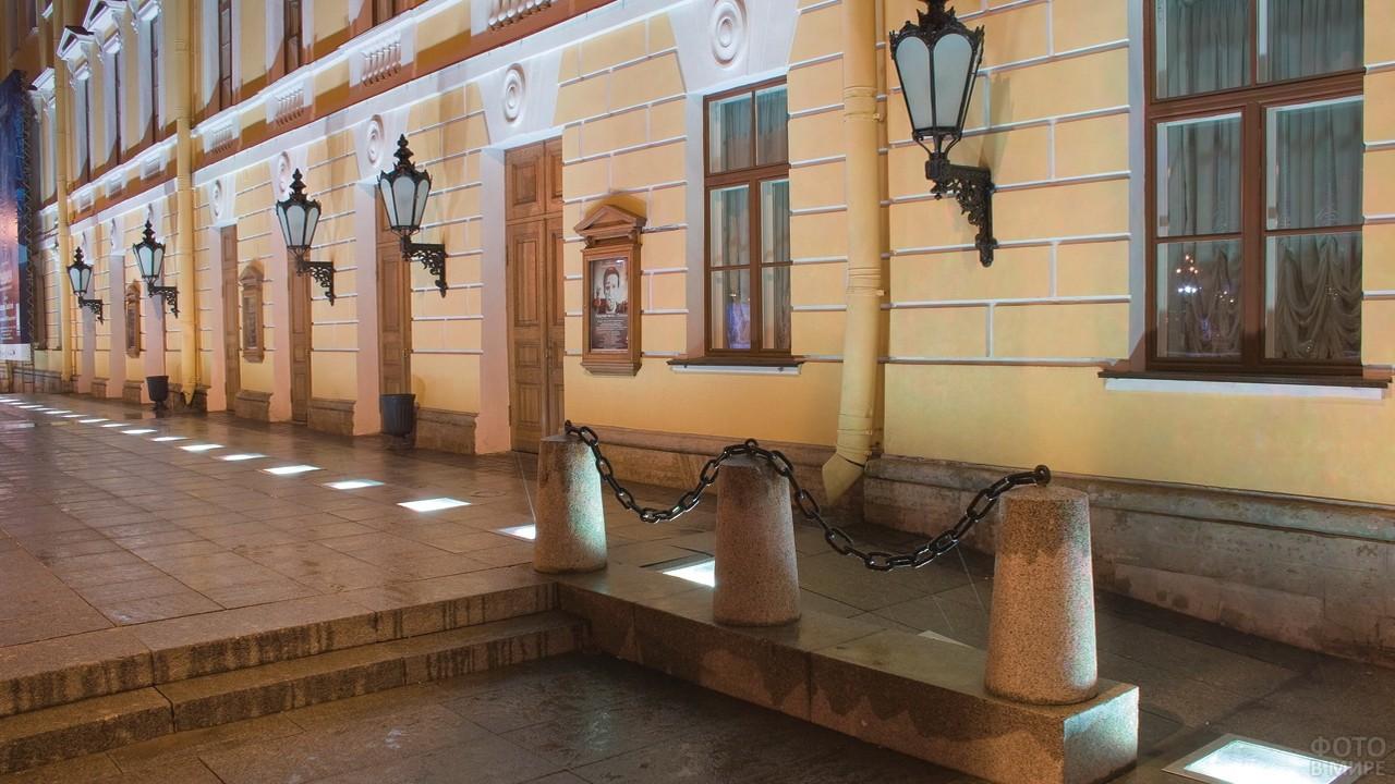 Вход в Михайловский театр