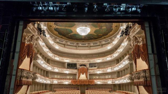 Вид на зал со сцены