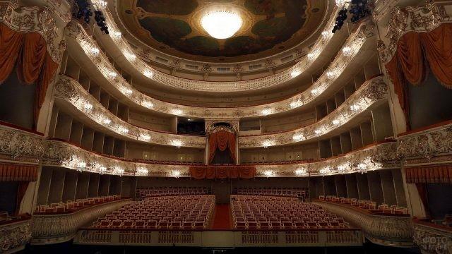 Вид со сцены на зрительный зал