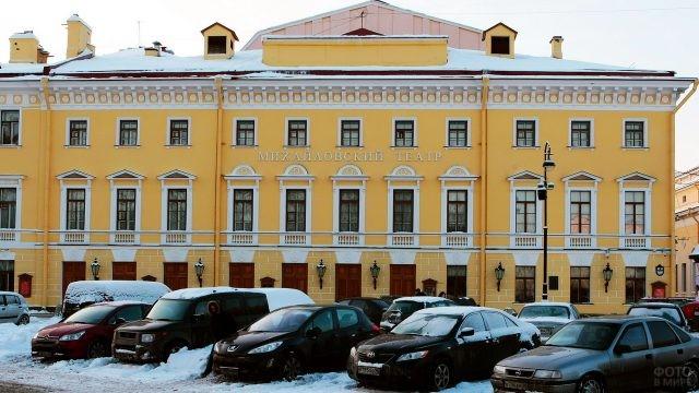 Здание Михайловского театра в снегу