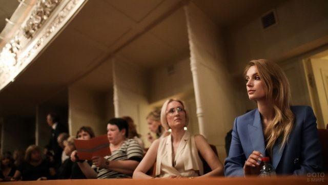 Зрители ожидают начала выступления
