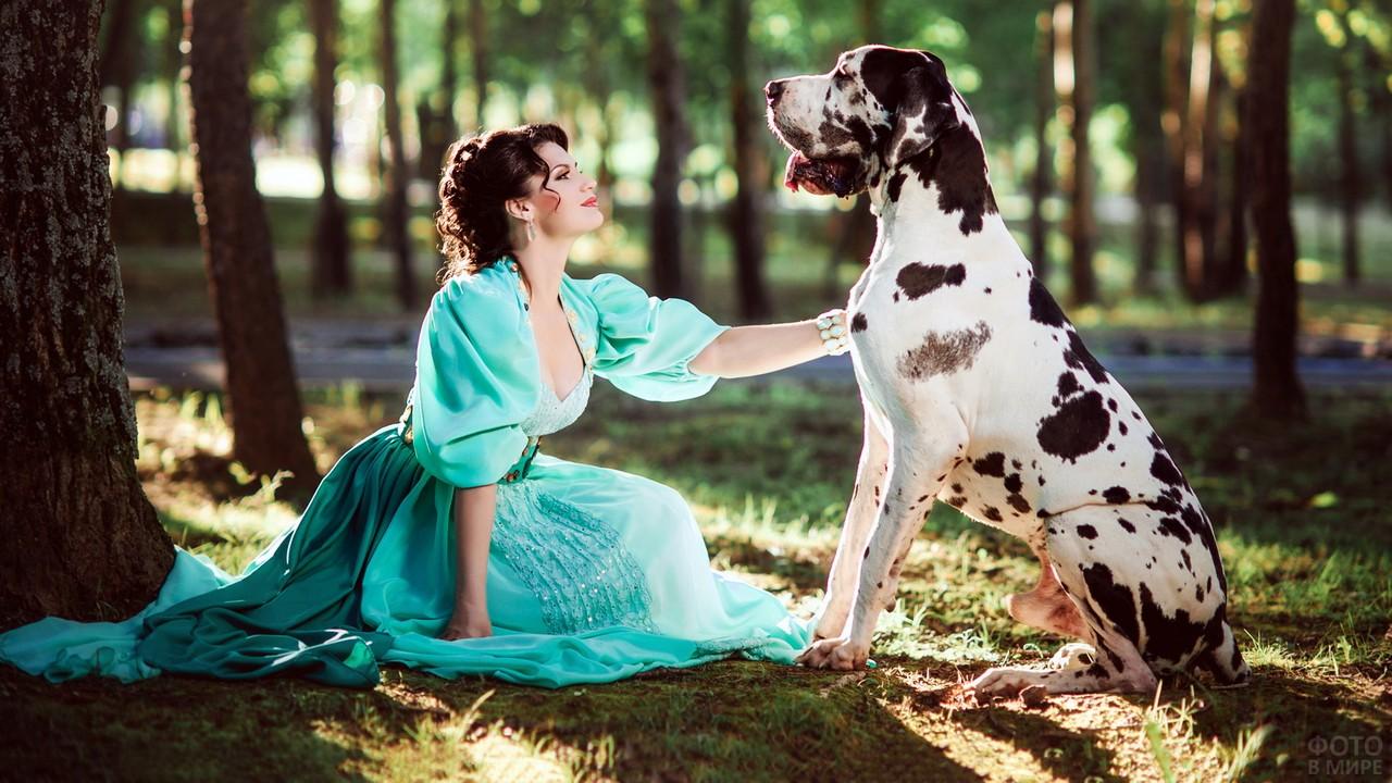 Девушка в бирюзовом платье с собакой в лесу