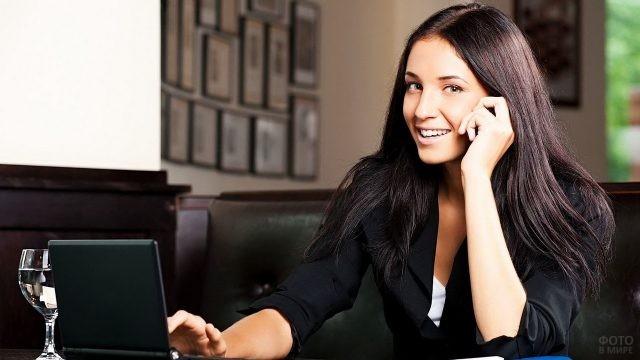 Бизнес-леди за нетбуком