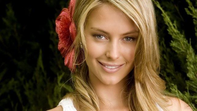 Блондинка с цветком в волосах