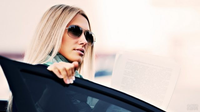 Блондинка садится в автомобиль