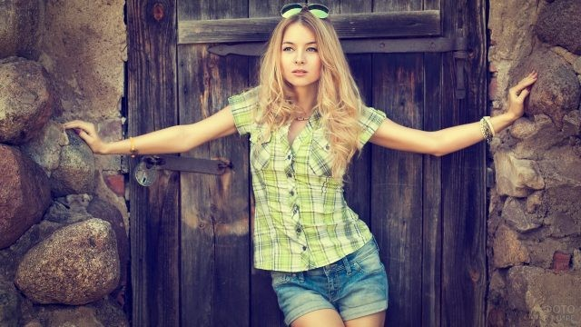 Блондинка возле двери
