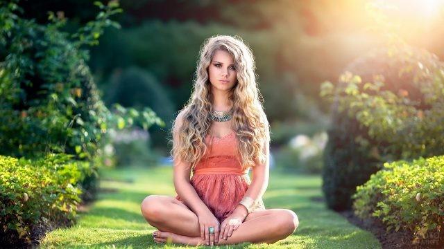 Девушка в позе лотоса на природе